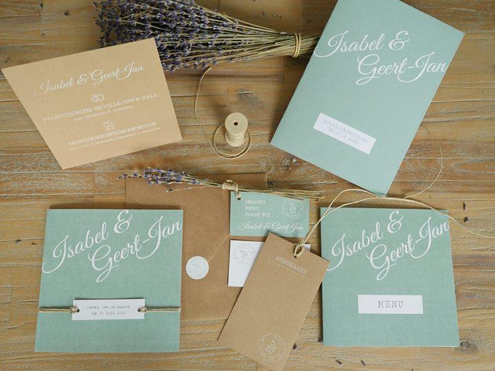 Kaartnaam: Lavendel – label Deze romantische trouwkaart heeft een rustieke en natuurlijke uitstraling dankzij het label dat met touw vastgeknoopt wordt aan de kaart. De gedroogde lavendel geeft een heerlijke geur aan de kaart. De kleur oud groen geeft een vintage 'touch' en zorgt dat het goed past bij een bruiloft met een landelijk thema. Het bijzondere papier met linnen textuur maakt de kaart helemaal af. Omdat een trouwdag persoonlijk en bijzonder is, doen wij bij uniekkaartje.nl niet moeilijk over het aanpassen van een kaartje. Stel je kaart zelf samen! Al een kleur in gedachten? Mail die kleur en wij passen het aan. Zo krijg je een kaartje dat helemaal bij jullie bruiloft past. Zonder extra kosten! Mooi papier geeft allure, kies daarom voor luxe papier met linnentextuur. Ook mogelijk is witte inkt op echt kraft karton. Bekijk de papiersoorten hier > Incl. label (zelf touw en lavendel toevoegen)