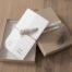 Luxe trouwkaart met een natuurlijke uitstraling. Less is more! Het veertje, het touw en de aquarel illustraties geven een hele speciale look & feel aan de trouwkaart. Prachtige papiersoorten hiervoor zijn vergé of vilt.