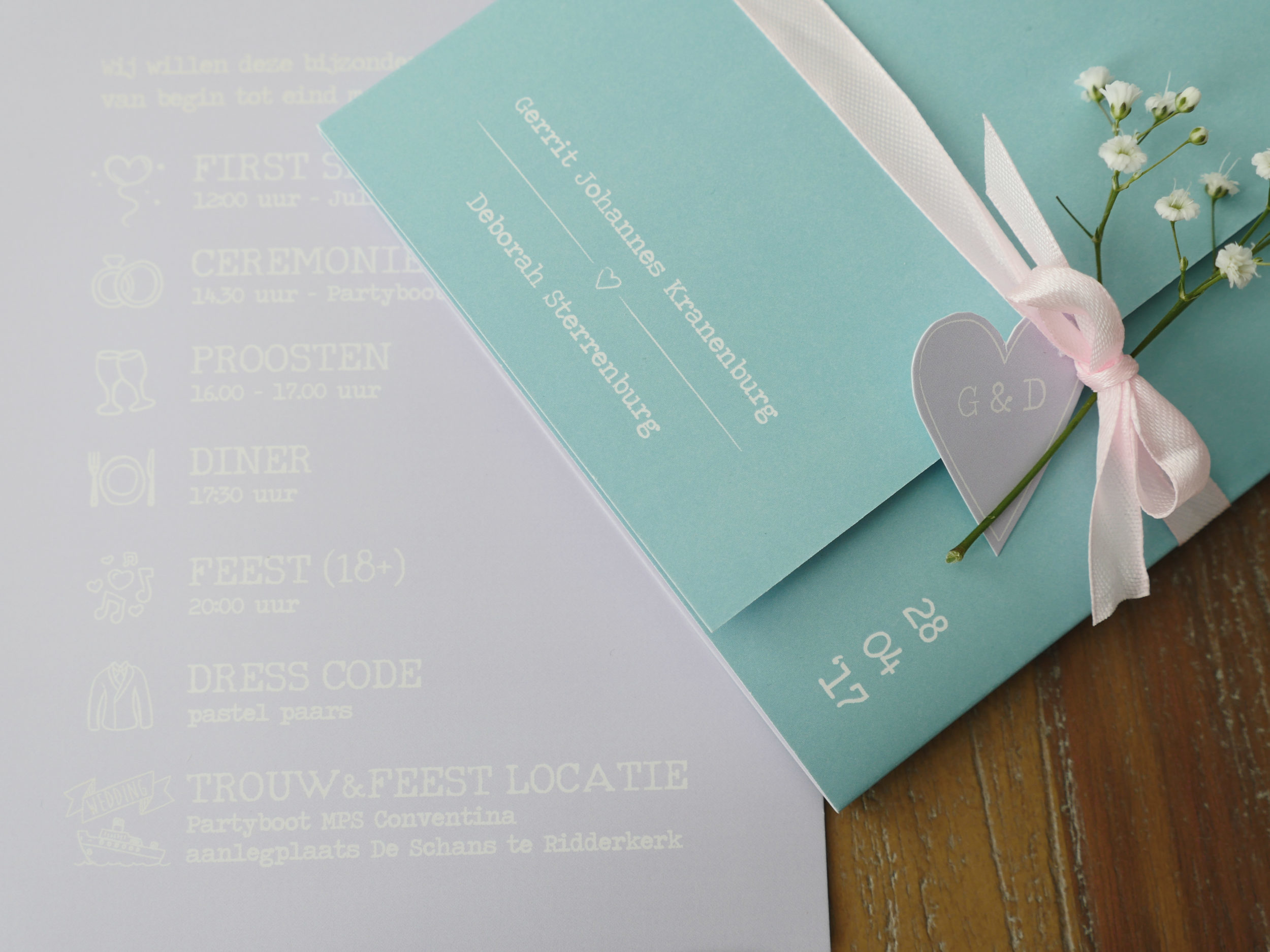 Drieluik trouwkaart in pasteltinten.