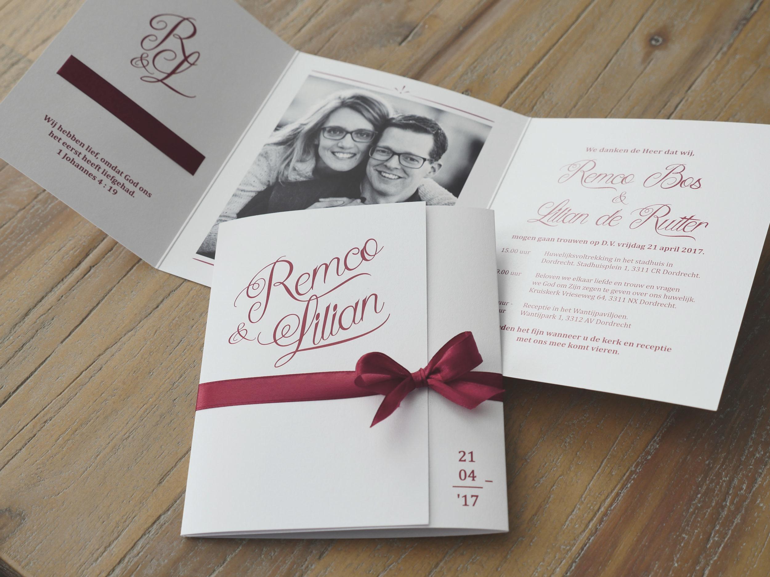 Klassieke trouwkaart. Bordeaux rood. Glans.
