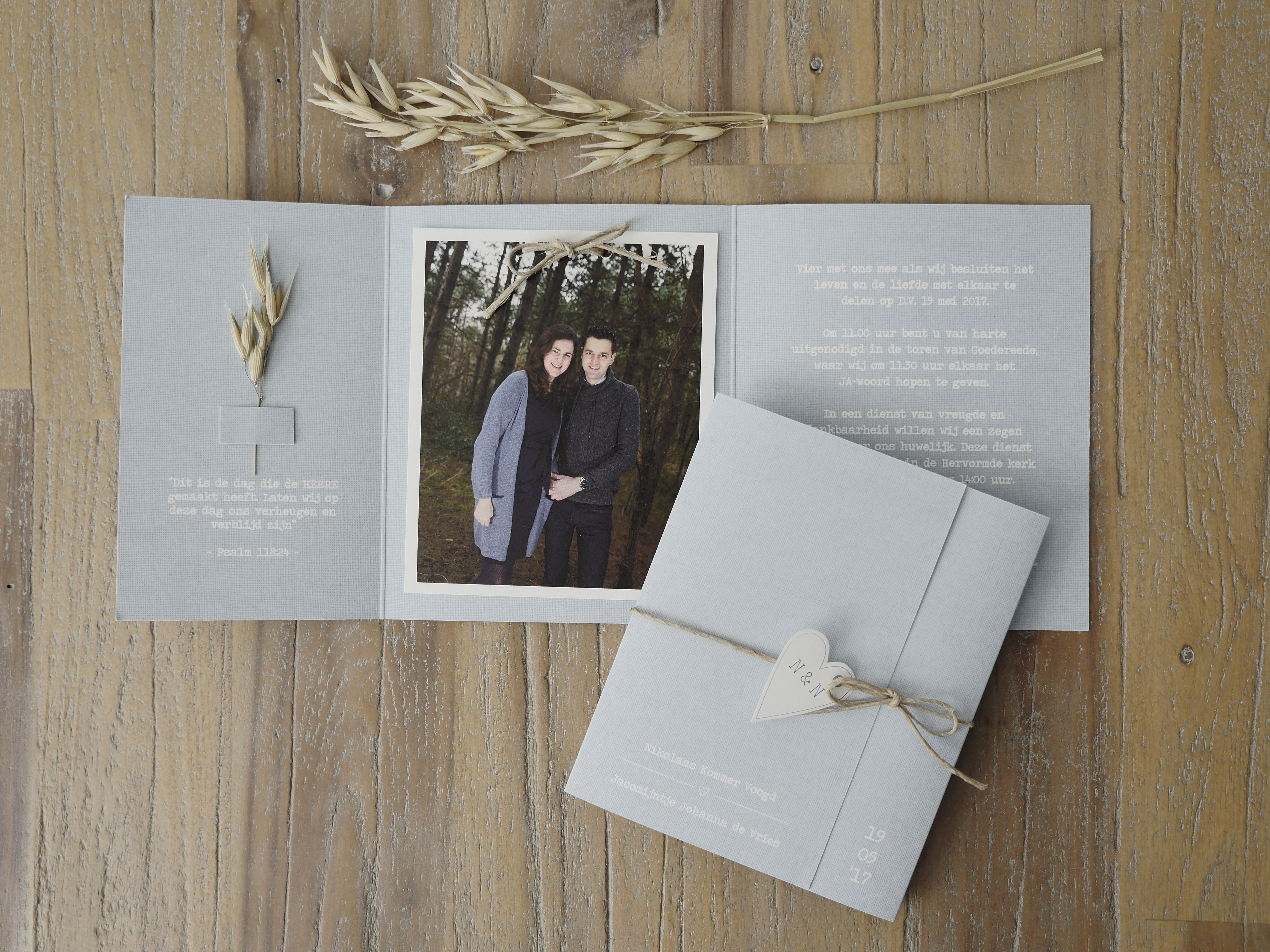 """Noami mailde: """"Mijn vriend heeft thuis een molenaarsbedrijf, is het ook mogelijk om een korenaar op de trouwkaart te doen?"""" Zo zijn we aan de slag gegaan en is dit het eindresultaat: een mooie oud blauwe linnen kaart die helemaal past bij dit bruidspaar!"""