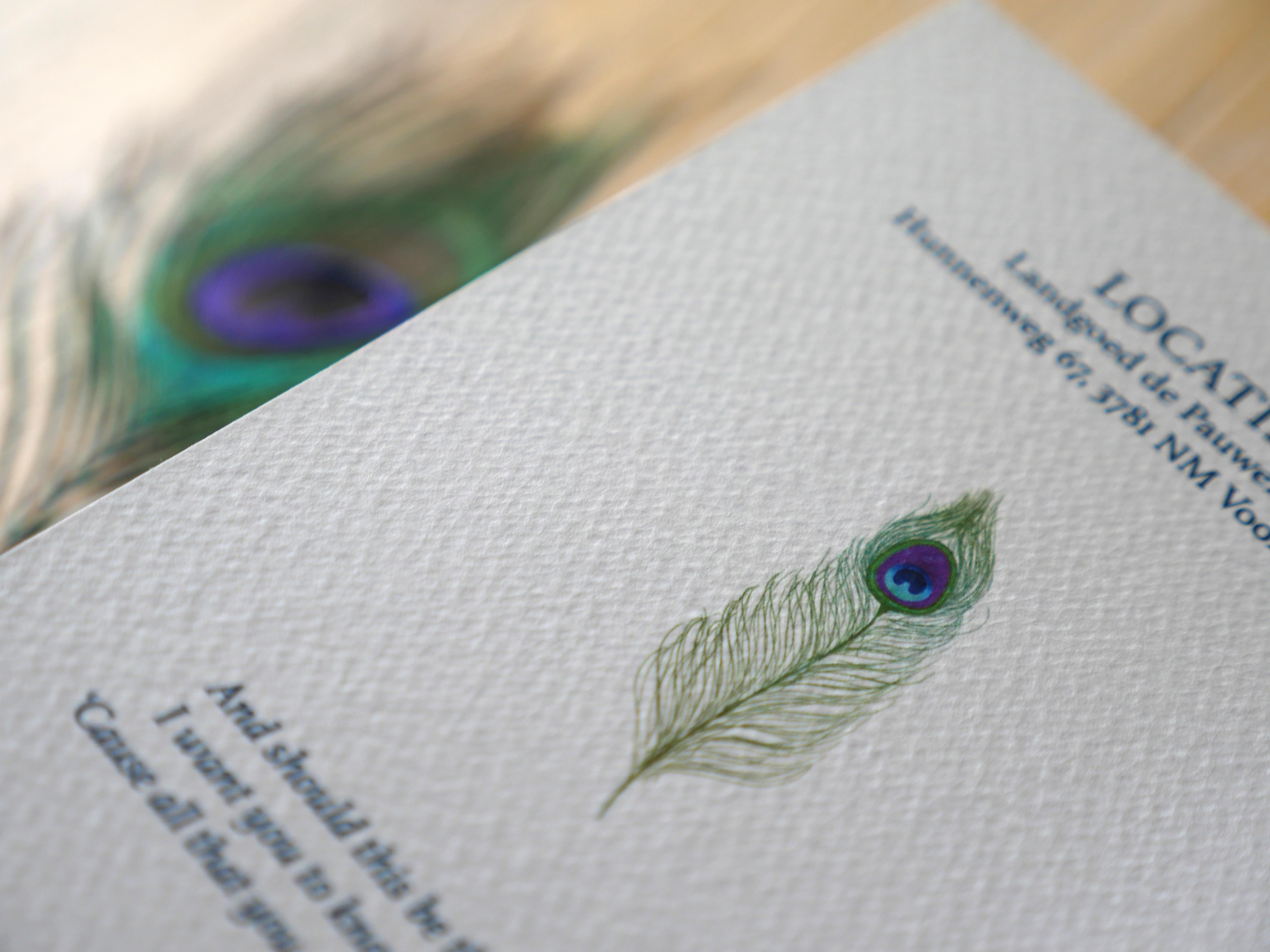 Eva & Jeffrey wisten precies hoe hun trouwkaart eruit moest zien; passend bij hun pauwenthema. Het werd echt hún unieke trouwkaart. Het was een hele leuke samenwerking, waarbij we gespeeld hebben met de kleuren en papiersoorten.We hebben verschillende testen gemaakt op o.a. vilt en glans papier. Eva & Jeffrey kozen uiteindelijk petrol blauw op vilt papier, dit geeft de kaart een mooie matte uitstraling.