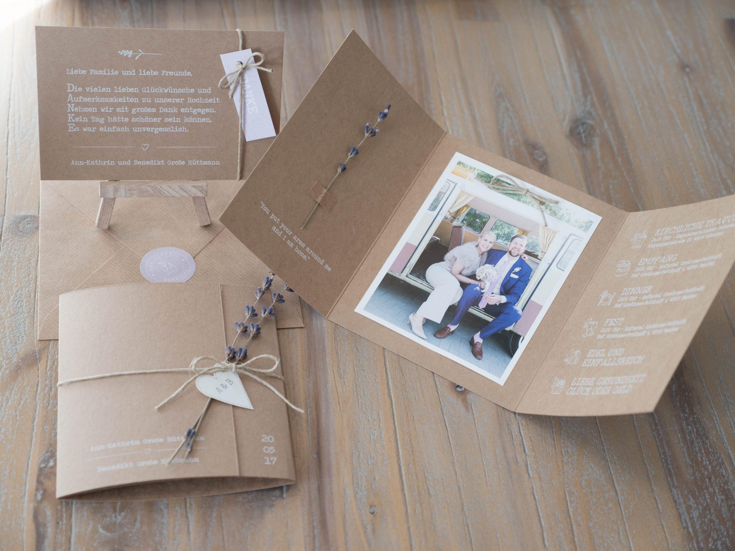 Een hele bijzondere opdracht! Dit echtpaar kwam helemaal uit Duitsland naar Woudrichem afgereisd om aan te schuiven bij Studio Altena. We begonnen met een moodboard en dit is het eindresultaat: alles in één bijpassende stijl van kraft, linnen en lavendel. Van de trouwkaarten - met uitnodigingen voor de overnachting - tot aan de menukaarten. En van de tafelnummers tot aan de bedankkaarten met bijpassende sluitsticker.