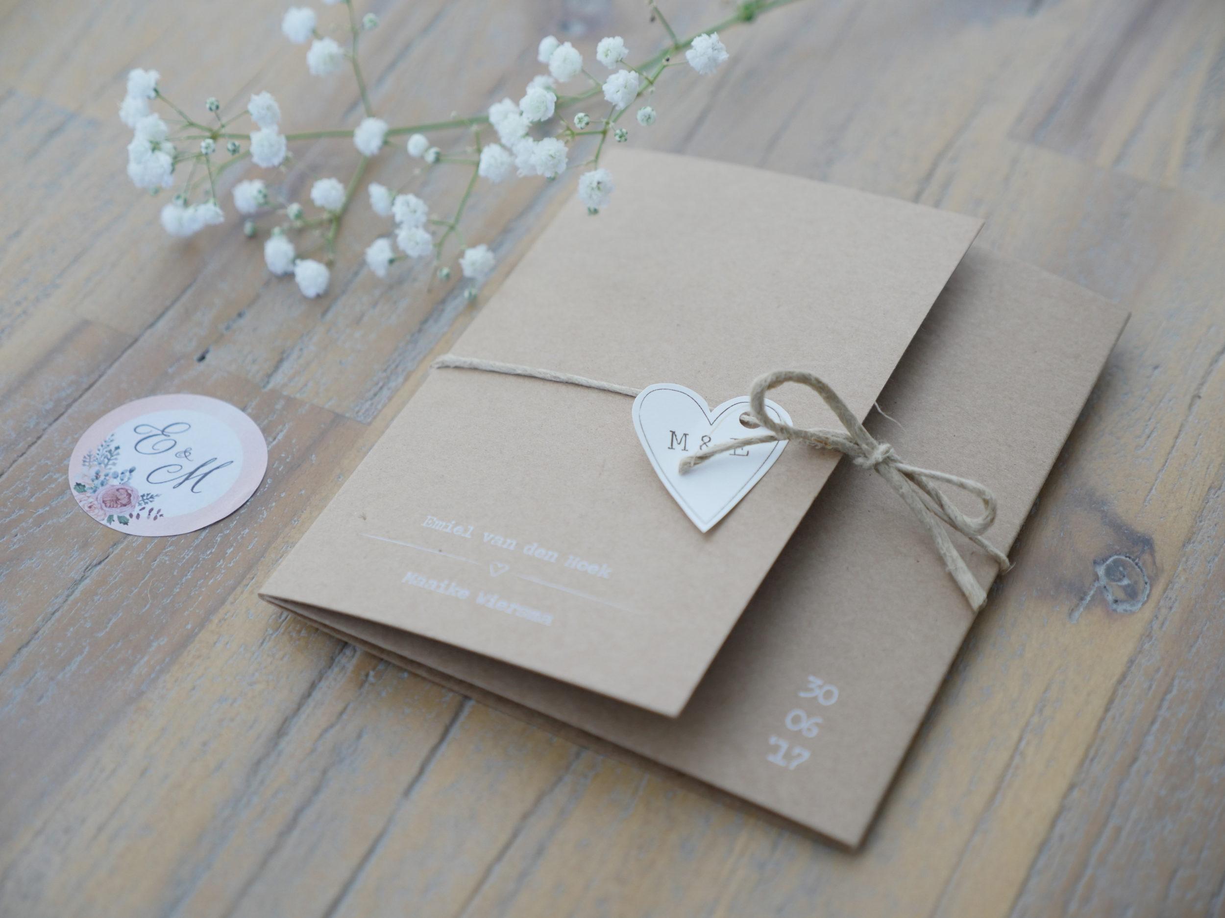 Maaike wilde graag een pocketfold trouwkaart van kraft karton. Met mooie pioenrozen als eyecathers en een bijpassende sluitsticker.