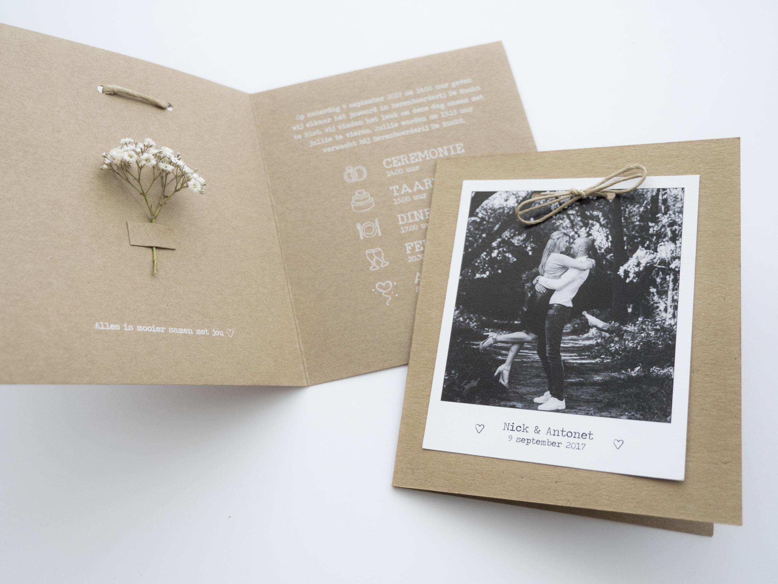 Een moderne, maar ook sfeervolle trouwkaart werd deze tweeluik in Polaroid stijl. Met een klein labeltje bevestig je het takje gipskruid in de kaart. Het bruidspaar liet ook een bijpassend label voor het diner en de labels voor de bedankjes ontwerpen.