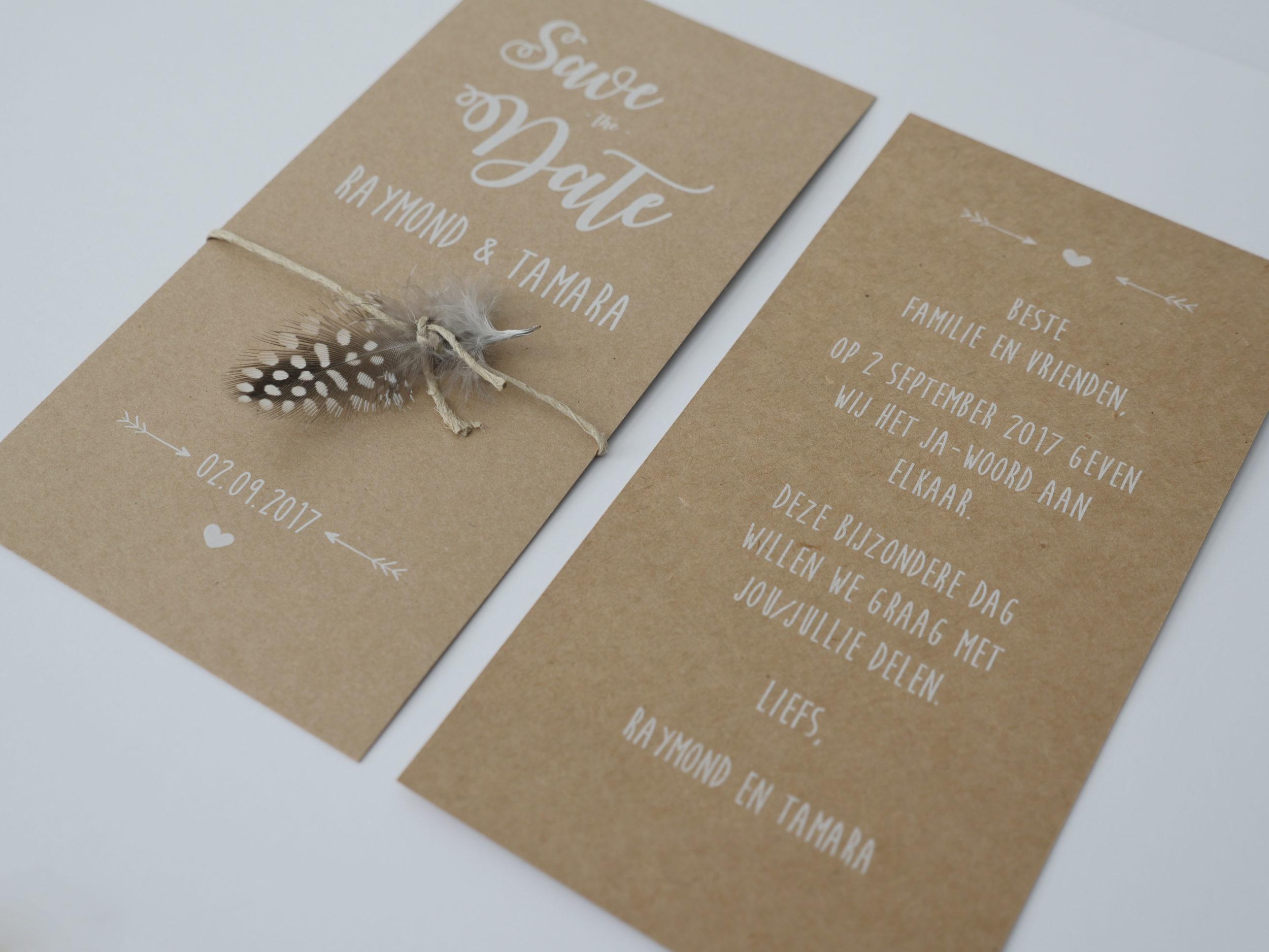 Save the Date en Trouwkaart– kraft met veer en houten hart